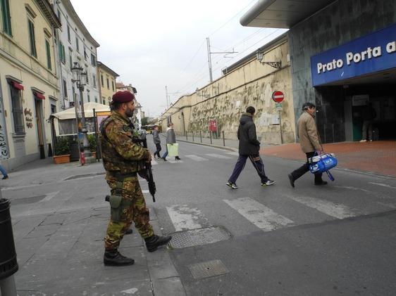 Un miliare nei pressi della stazione - Foto: Pratonotizie